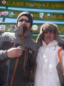 Photo de Joseph TRAMONTE et son guide-interpète Jérémie SEGOUAT à leur arrivée en haut du Kilimandjaro