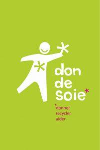 """Logo de l'association Don de Soie. Sur un fond vert pomme on a un bonhomme blanc souriant qui tent une fleur. A droite du bonhomme on a l'inscription don de soie et en dessous :"""" donner, recycler, aider""""."""